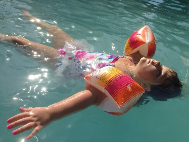 Little Girl Floating In Pool, Artist in Chile South America, atista contemporeano en Chile.
